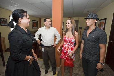 Lilliana Mora y Jorge Garro con los actores colombianos.