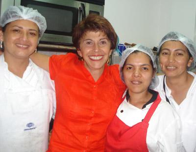 Las muchachas de la cocina con Doris Goldgewicht quien les ha pasado algunos secretos de cocina.