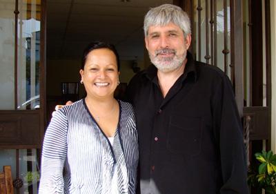 La periodista Lilliana Mora y el escultor Jorge Jiménez Deredia.